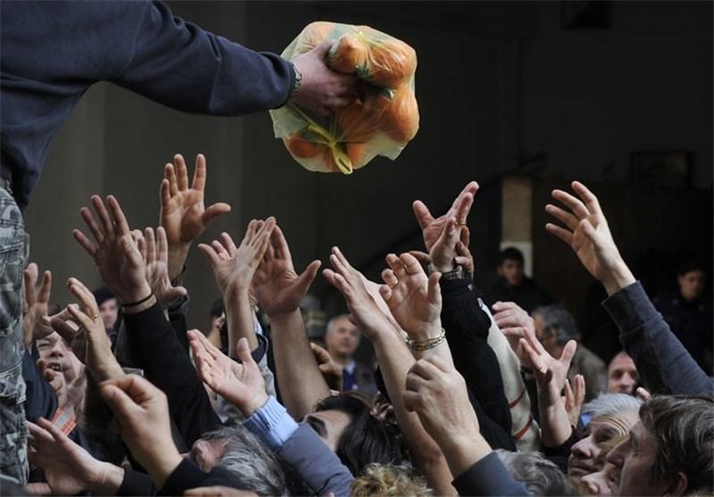 هزاران یونانی در صف های طولانی برای دریافت مواد غذایی رایگان