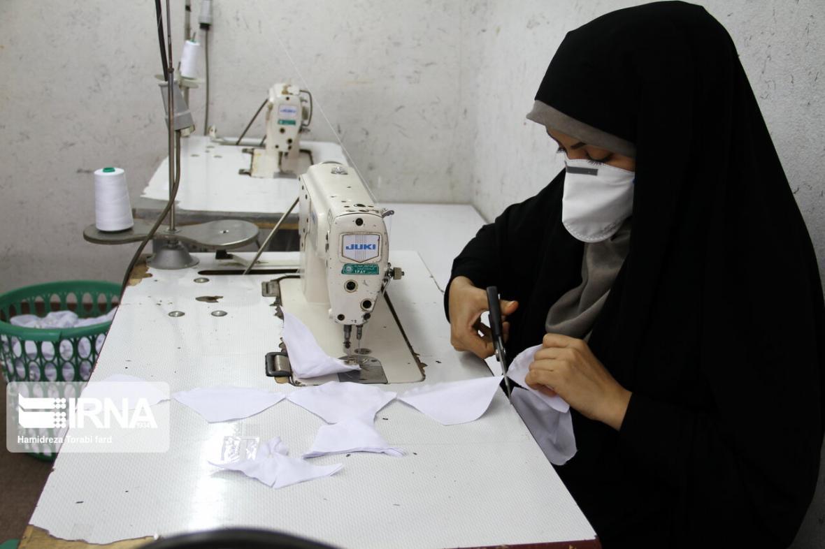 خبرنگاران تولید روزانه 600 ماسک در تیپ 392 زرهی دشت آزادگان