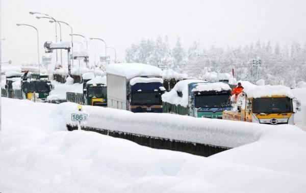 گرفتاری هزار خودرو در برف ژاپن