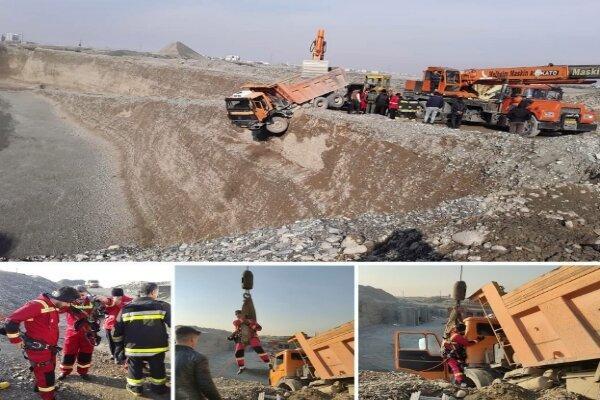 حادثه سقوط کامیون به دره 30 متری ، تلاش های آتش نشانان شهر قدس برای جلوگیری از سقوط